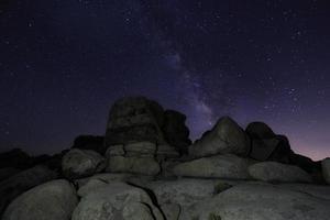 stjärnvägar och Vintergatan i Joshua Tree National Park foto
