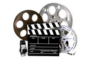 filmrullar och regissörsklaff med vintagekamera foto