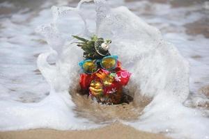 lustig ananas med personlighet i havet i maui foto