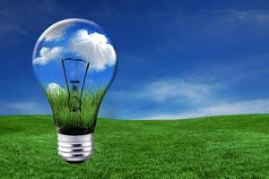 gröna energilösningar med glödlampa foto