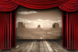 röda teaterridådraperier med ökenbergsbakgrund foto