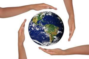 händerna runt en satellitvy över jorden foto