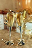 firande av ett evenemang med champagneglas och presenter foto
