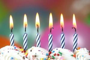 firande med ballongljus och tårta foto