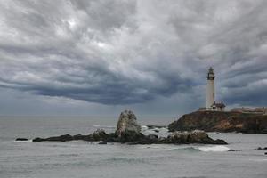ljus hus i Kalifornien med stormiga moln foto