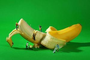 byggnadsarbetare i konceptuella matbilder med banan foto