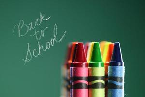 färgglada tillbaka till skolan kritor foto