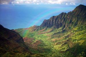 Kauai kustlinje från en flygvy med regnbåge foto