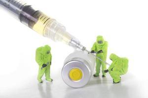 koncept med medicinsk nål och vaccinflaskor som representerar allmän säkerhet foto