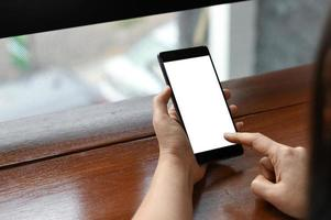 kvinnlig hand som håller en smartphone tom skärm, närbild. foto