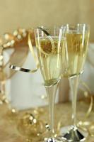 närbild av champagneflöjter foto