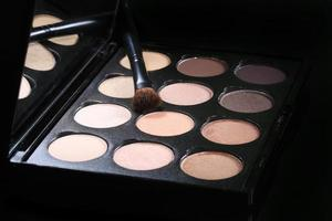 färgglada ögonskuggsamlingar på svart bakgrund foto