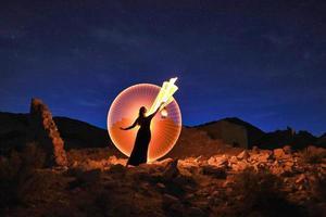härlig modell poserar i öknen på natten foto