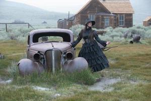 kvinna bär vintrage klänning i bodie spökstad kalifornien foto