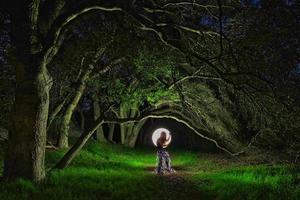 kreativ ljusmålning med färgrörsbelysning med landskap foto