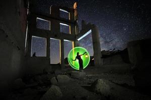 vacker modell poserar i öknen på natten med Vintergatan foto