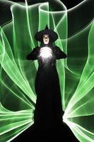 modell i studioljus målad på svart bakgrund foto