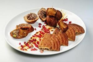 falafelbollar, röd paprika och grön färsk persilja på en träbakgrund. falafel är en traditionell mat från Mellanöstern foto