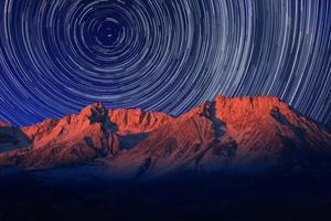 natt exponering stjärna spår av himlen i biskop Kalifornien foto