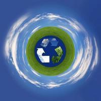 återvinningssymbol som representerar luft, land och hav foto