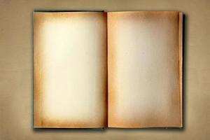 färgad gammal arbetsbok öppen på distested bakgrund foto