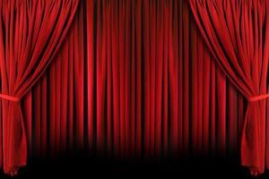 röd teaterdraperier med dramatiskt ljus och skuggor foto