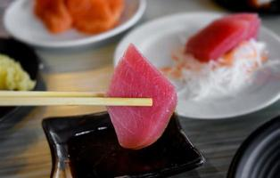 tonfisk sashimi i japansk restaurang bord servera. foto