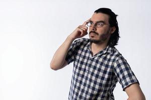 ung man med skägg som tänker isolerat vitt foto