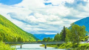 otroligt norskt landskap bro berg fjord skogar jotunheimen norge foto