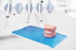 verktyg och övningar på tandläkarkontoret. begreppet hälsa och skönhet foto