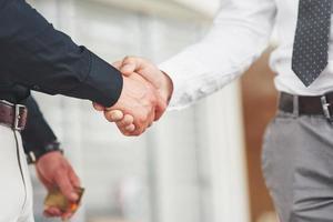 handskakning av två män. framgångsrika affärskontakter efter en bra affär foto