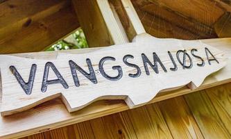 lake vangsmjose i vang norge. information typskylt av trä foto