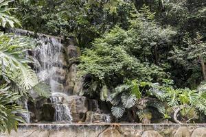 fantastiskt vackert vattenfall, perdana botaniska trädgårdar i Kuala Lumpur, Malaysia foto