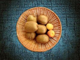 frukt på träbakgrunden foto