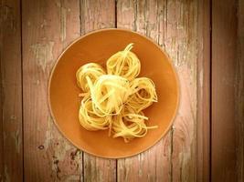 pasta på träbakgrund foto