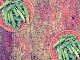 gröna ärtor på träbakgrunden foto