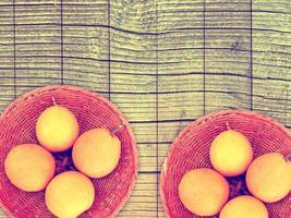 apelsiner på träbakgrund foto