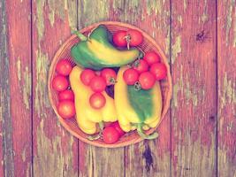 grönsaker på trä bakgrund foto