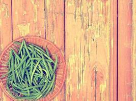 bönsgrönsak på träbakgrund foto