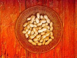 jordnötter på träbakgrunden foto