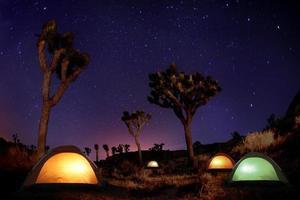 ljusmålat landskap av camping och stjärnor foto