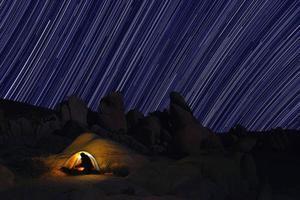 camping på natten i Joshua Tree Park foto