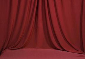 horozontal draperad röd sammet bakgrund foto