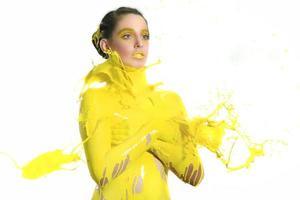 höghastighetsfotografering av kvinna med flytande färg foto