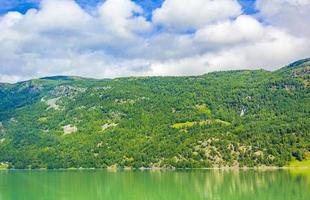 turkos grönt vatten i fjordfloden berg landskap i norge foto