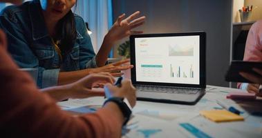 tusenåriga asien människor strategiska möten presentation brainstorming idéer om nya pappersarbete projektkollegor som arbetar tillsammans planerar framgångsstrategi njuta av lagarbete i små moderna nattkontor. foto