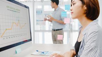 asiatiska affärsmän som möter brainstorming genomför idéer för företagspresentationer projektkollegor och bär skyddande ansiktsmask tillbaka i nya normala kontor. livsstil och arbete efter coronaviruset. foto