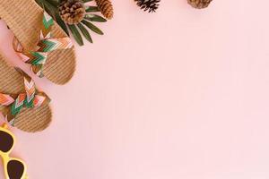 kreativa platta foto av resor semester våren eller sommaren tropiskt mode. ovanifrån strandtillbehör på pastellrosa färgbakgrund med tomt utrymme för text. ovanifrån kopiera utrymme fotografering.