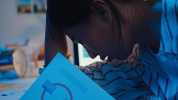 ung asiatisk affärskvinna förbereder presentation inför konferensintervju på hemmakontoret. arbetar från huset överbelastning på natten, på distans, social distansering, karantän för förebyggande av corona -virus. foto