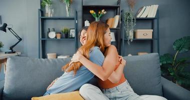 glada asiatiska kvinnor tonåring besöker sina nära vänner och kramar leende hemma. överlyckliga upphetsade bästa kompisar som omfamnade kramar, hälsade varandra med framgång, riktigt starkt vänskapskoncept. foto